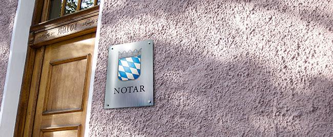Schild am Eingang eines Notariats